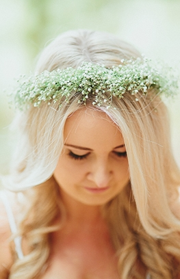 Ways to Wear Flowers in Your Wedding Day Hair